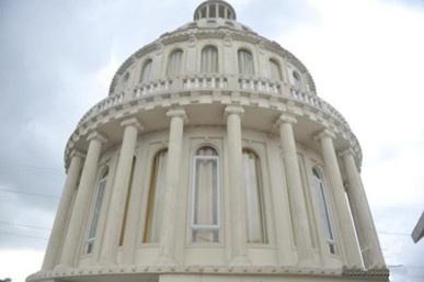海南农民建欧式别墅 外形酷似美国国会大厦