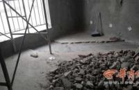 汉台区一男子买房刚一年 一觉醒来房顶现多条裂缝