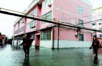 地热废水倒灌小区 居民穿雨靴趟着臭水出家门
