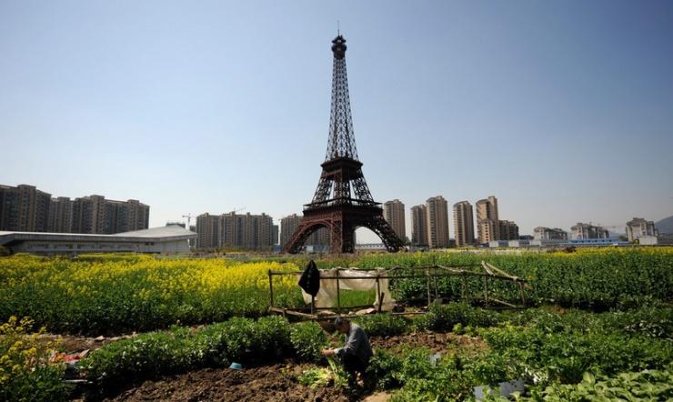 """杭州山寨版""""埃菲尔铁塔""""与菜地毗邻"""