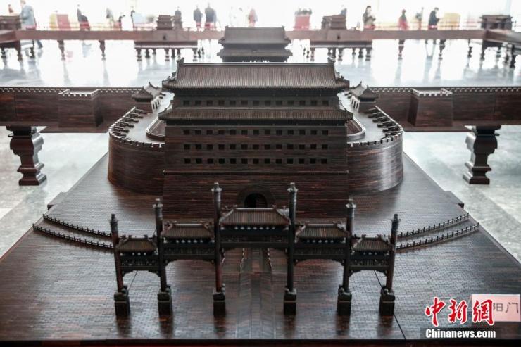 1月13日,大型紫檀组雕作品《九城宫阙》在北京首都博物馆展出。该作品是为纪念北京建城3060周年所做