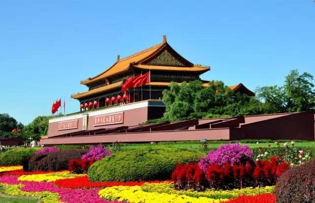在过去呢,正阳门是北京内城的正门,是老北京的象征,靠着北京这么一座风水之城,新中国能不强大吗?