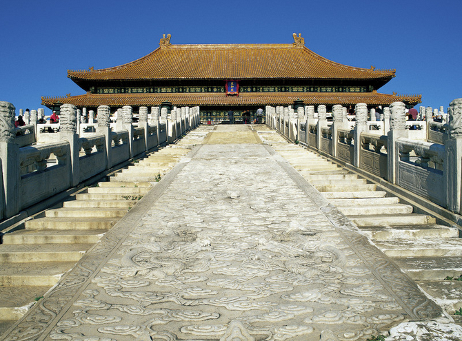 北京故宫,西北乾龙由沱山至八达岭至妙峰山,落脉香山,东北艮龙由雾灵山至怀柔山至盘山,落脉较远。