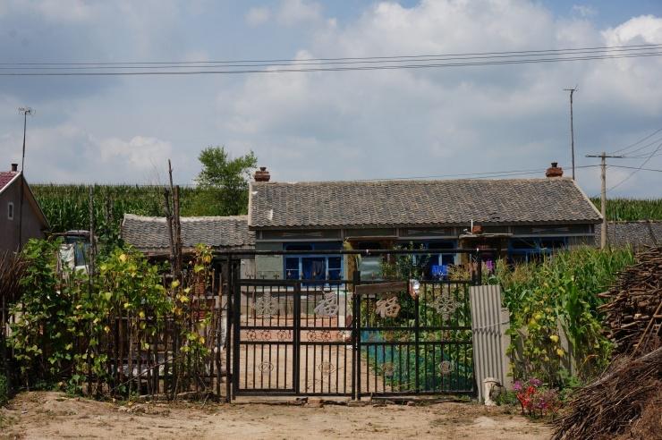 我农村房子坐东北朝西南院子大门向东在西南院子外打个鱼塘风水好吗图片
