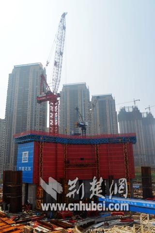 亚洲房建最大塔吊在武汉绿地中心完成首次爬升