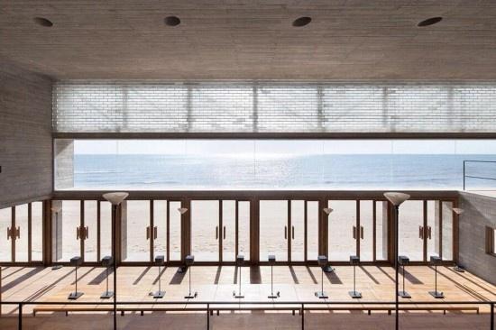 在秦皇岛南戴河的海边,有一座面朝大海的图书馆,独自伫立在空旷的沙滩
