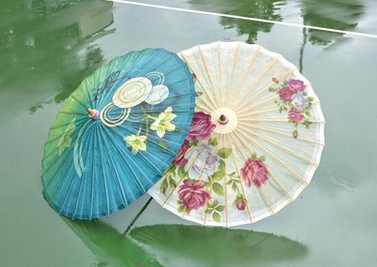 原树提香:七夕爱意巧绘油纸伞上 有爱有家幸福美满