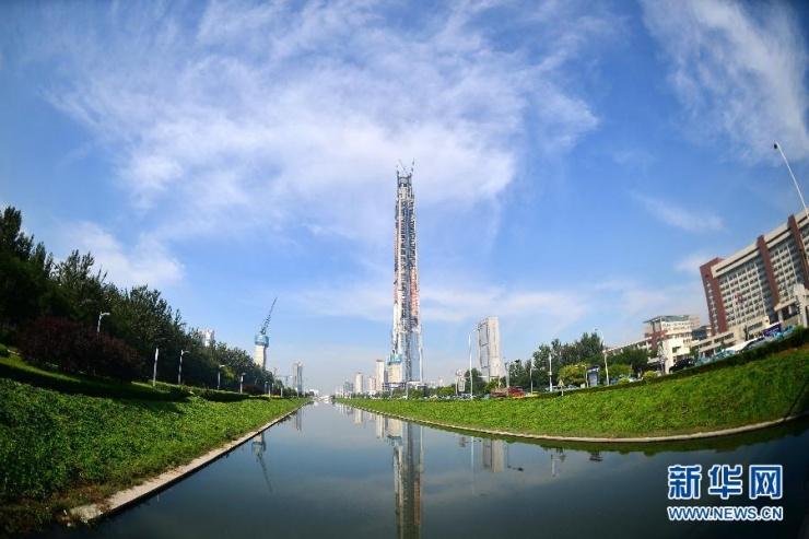 这是9月8日拍摄的天津117大厦(左)。当日,位于天津滨海高新技术产业开发区的的天津117大厦正式封