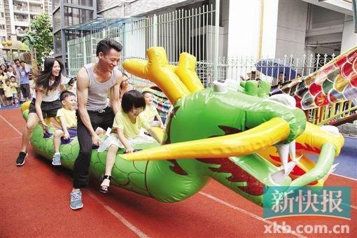 广州市猎德幼儿园,家长带着孩子参加龙舟主题游戏