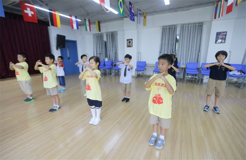 据青岛银海学校国际课程部刘佳佳校长介绍:我校有四级课程——国家