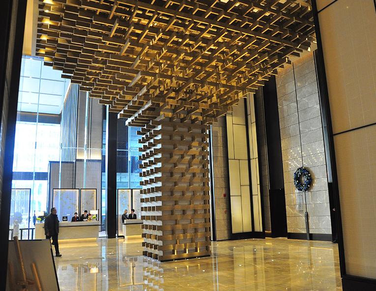 """象征市树""""银杏""""的全木结构艺术装置;前厅背景墙上取"""