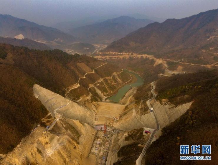 12月13日,无人机航拍的引汉济渭三河口大坝施工现场。目前,引汉济渭三河口大坝基坑浇筑高程已经突破5