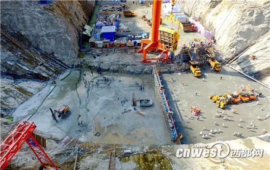 三河口水利枢纽是引汉济渭工程的重要调蓄工程,位于佛坪县与宁陕县交界的子午河峡谷段,拦河大坝为碾轧混