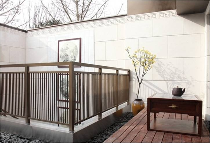 灰瓦白墙,围合布局,前庭后院,中式屋檐,中式宅院门第,抱鼓石和门匾图片