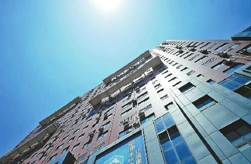 """济南白鹤花苑小区楼外悬梯成""""网红"""" 是逃生专用的消防"""