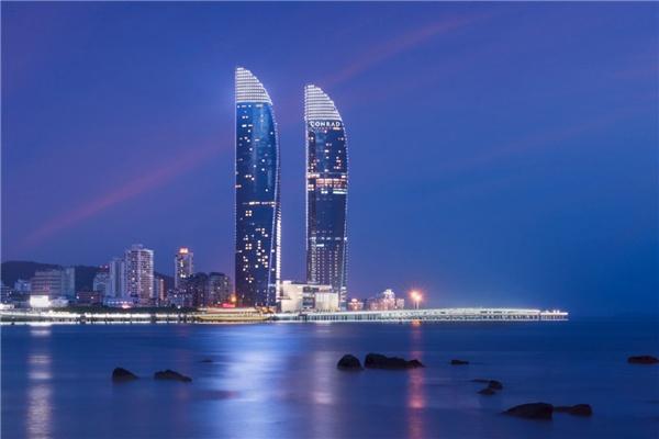 两座大厦形似两艘帆船,拔地而起300米,十分壮观.